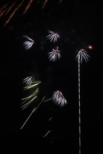 夜空を彩る夏の風物詩 ・ 花火大会の写真素材 [FYI01199327]