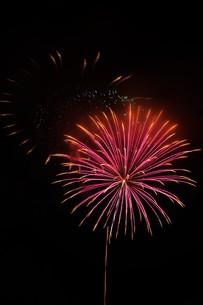 夜空を彩る夏の風物詩 ・ 花火大会の写真素材 [FYI01199328]