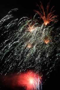 夜空を彩る夏の風物詩 ・ 花火大会の写真素材 [FYI01199330]