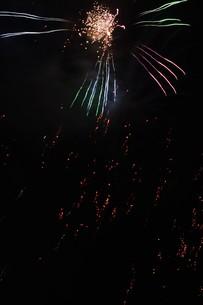 夜空を彩る夏の風物詩 ・ 花火大会の写真素材 [FYI01199331]