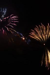 夜空を彩る夏の風物詩 ・ 花火大会の写真素材 [FYI01199332]
