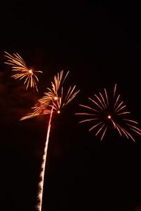 夜空を彩る夏の風物詩 ・ 花火大会の写真素材 [FYI01199334]
