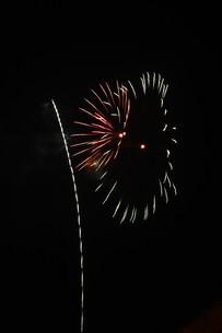夜空を彩る夏の風物詩 ・ 花火大会の写真素材 [FYI01199336]