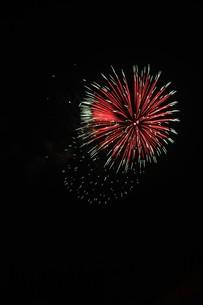 夜空を彩る夏の風物詩 ・ 花火大会の写真素材 [FYI01199339]