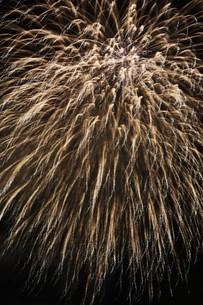 夜空を彩る夏の風物詩 ・ 花火大会の写真素材 [FYI01199349]