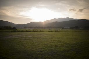 夕焼けと山と芝生の写真素材 [FYI01199353]