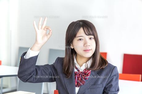 教室でOKサインをする女子高生の写真素材 [FYI01199371]