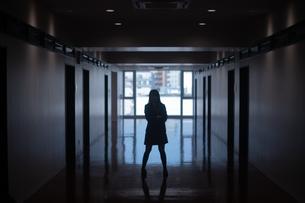 学校の廊下で腕組みをする女子高生の写真素材 [FYI01199386]
