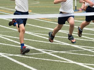 徒競走のゴールの写真素材 [FYI01199413]
