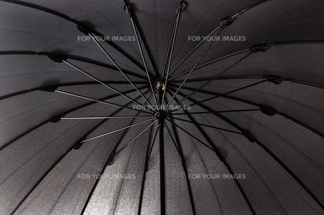 黒い雨傘の内側の写真素材 [FYI01199518]