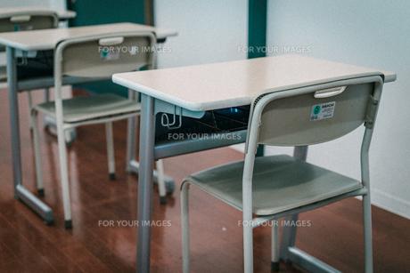 学校の机と椅子の写真素材 [FYI01199578]