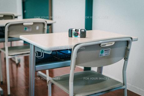 学校の机の上に乗っている使い捨てフィルムカメラ3の写真素材 [FYI01199585]