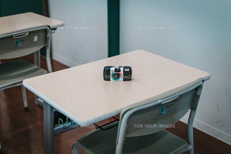 学校の教室の机の上にある使い捨てカメラ2の写真素材 [FYI01199587]