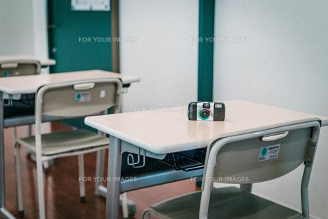 学校の教室の机の上にある使い捨てカメラの写真素材 [FYI01199588]