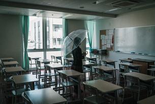 教室で傘を持つ女子高生4の写真素材 [FYI01199597]