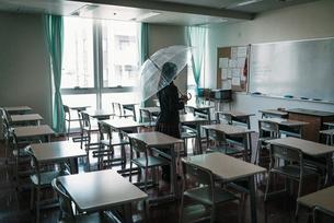 教室で傘を持つ女子高生3の写真素材 [FYI01199598]