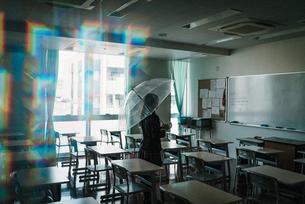 教室で傘を持つ女子高生2の写真素材 [FYI01199599]