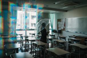 教室で傘を持つ女子高生の写真素材 [FYI01199600]