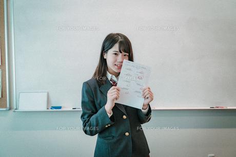テストの答案を持つ女子高生2の写真素材 [FYI01199602]