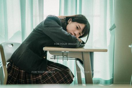 教室で寝る女子高生4の写真素材 [FYI01199607]