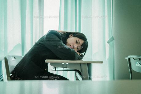 教室で寝る女子高生3の写真素材 [FYI01199608]