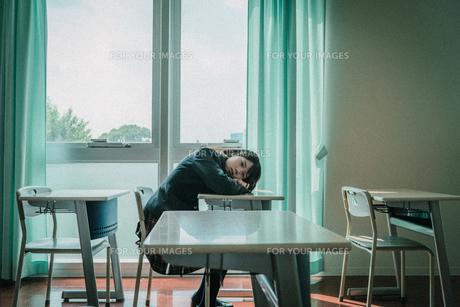教室で寝る女子高生の写真素材 [FYI01199610]