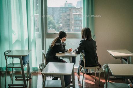 教室から外を見ている女子学生2人3の写真素材 [FYI01199618]