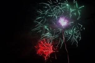 夜空のアート・花火の抽象の写真素材 [FYI01199704]