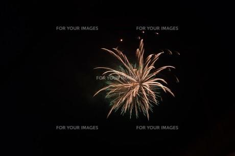 夜空のアート・花火の抽象の写真素材 [FYI01199707]