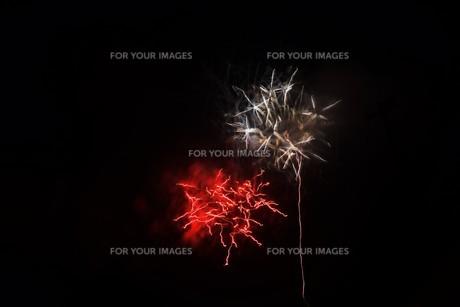 夜空のアート・花火の抽象の写真素材 [FYI01199709]