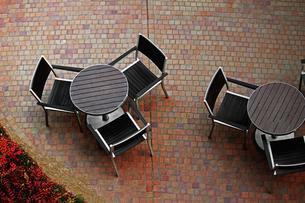 丸テーブルが並ぶ都会のテラスの写真素材 [FYI01199720]