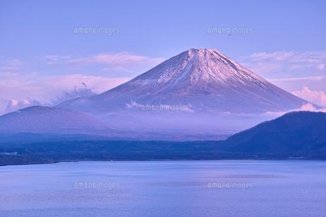 夕方の本栖湖と富士山の写真素材 [FYI01199843]
