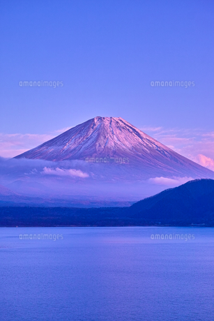 夕方の紅富士と本栖湖の写真素材 [FYI01199845]