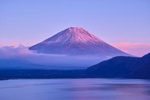 夕方の紅富士と本栖湖の写真素材 [FYI01199846]
