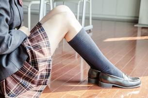 床に座った女子高生の脚のアップの写真素材 [FYI01199861]