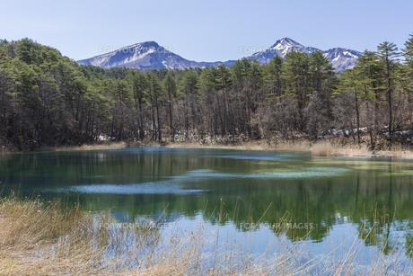 五色沼のるり沼と会津磐梯山の写真素材 [FYI01199900]