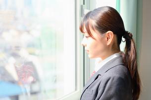 教室の窓際に佇む女子校生の写真素材 [FYI01199910]