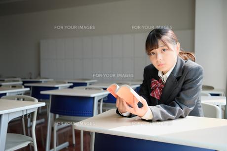 教室で読書する女子校生の写真素材 [FYI01199915]