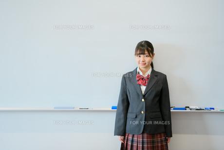 教室で佇む女子校生の写真素材 [FYI01199920]