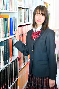 図書室の女子校生の写真素材 [FYI01199935]