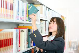 図書室の女子校生の写真素材 [FYI01199936]