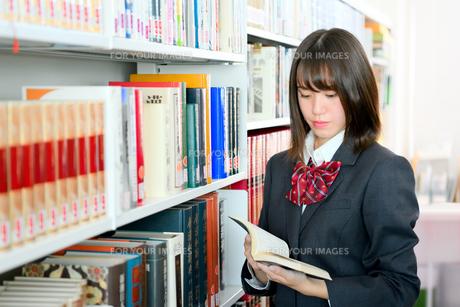 図書室の女子校生の写真素材 [FYI01199937]