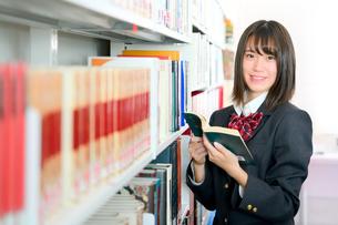 図書室の女子校生の写真素材 [FYI01199939]