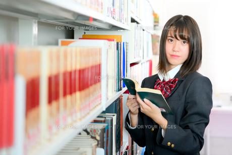 図書室の女子校生の写真素材 [FYI01199940]