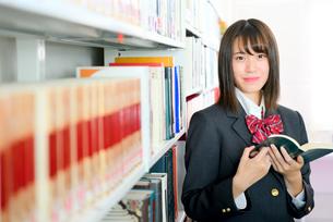 図書室の女子校生の写真素材 [FYI01199941]