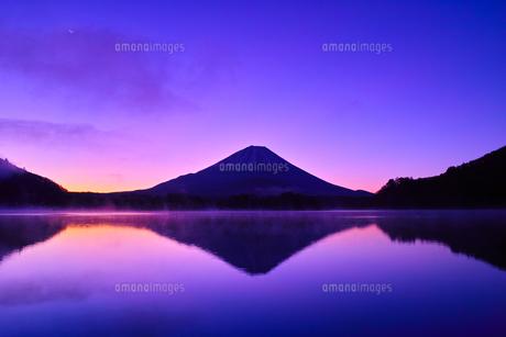 夜明け前の毛嵐が立ち込める精進湖と富士山の写真素材 [FYI01199950]