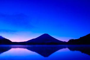 夜明け前の毛嵐が立ち込める精進湖と富士山の写真素材 [FYI01199951]