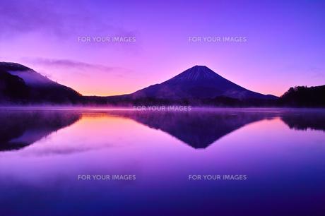 夜明け前の毛嵐が立ち込める精進湖と富士山の写真素材 [FYI01199953]
