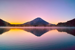 朝焼けと毛嵐が立ち上る精進湖と富士山の写真素材 [FYI01199955]