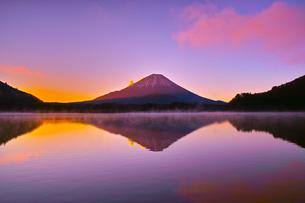 朝焼けと毛嵐が立ち上る精進湖と富士山の写真素材 [FYI01199956]